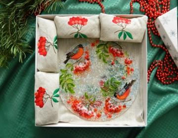 Подарочный набор «Декоративная тарелка с льняными салфетками, украшенными вышивкой»