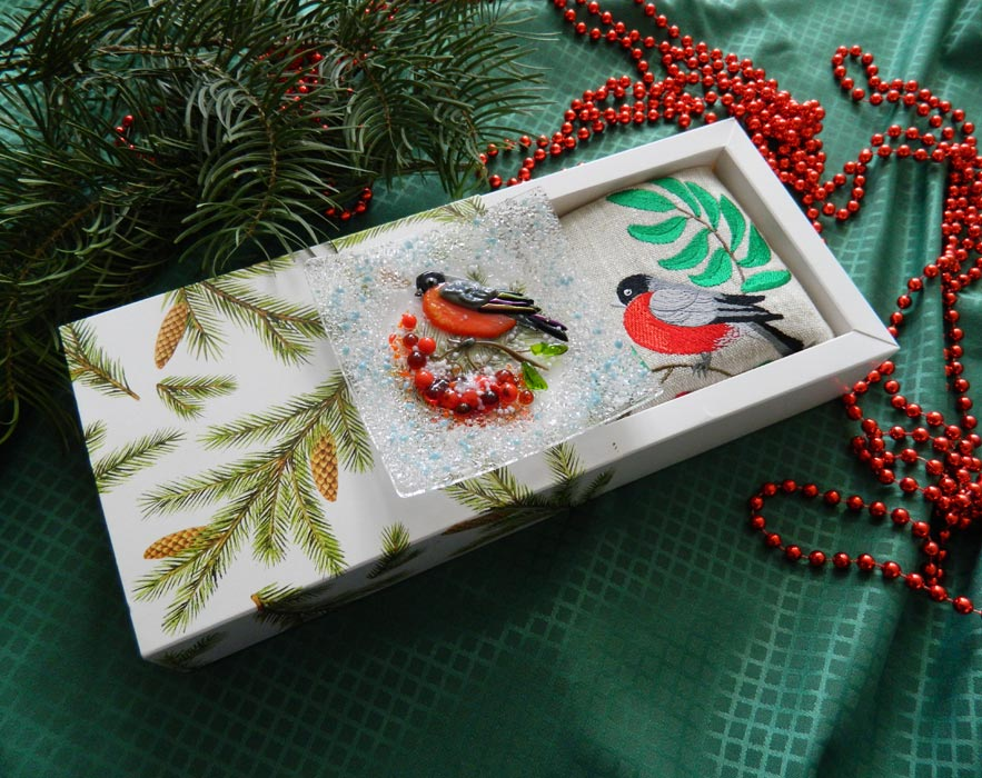 Подарочный набор «Декоративная тарелка «Снегирь» с льняной салфеткой, украшенной декоративной вышивкой»