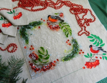 Подарочный набор «Декоративная тарелка с салфетками, украшенными вышивкой»