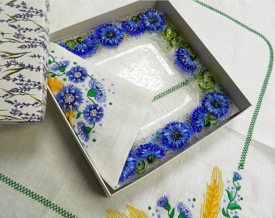 Подарочный набор «Васильки» тарелка с льняной салфеткой, украшенной вышивкой»
