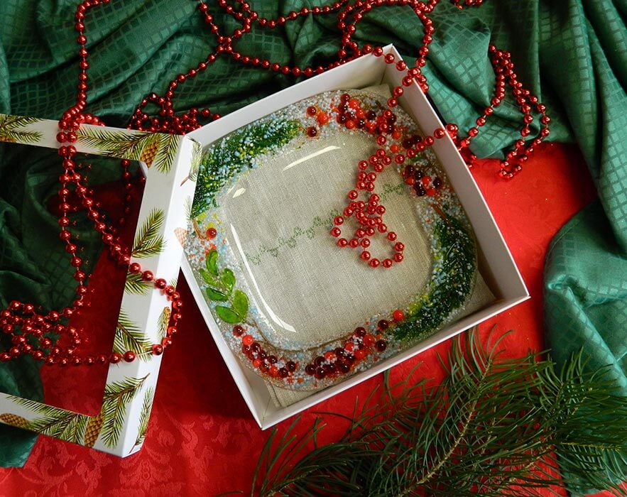 Подарочный набор «Декоративная тарелка с льняной салфеткой, украшенной вышивкой с изображением снегиря»