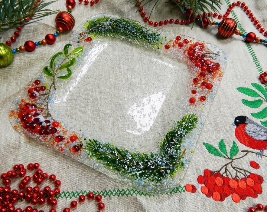 Подарочный набор «Десертная тарелка с льняной салфеткой, украшенными вышивкой»