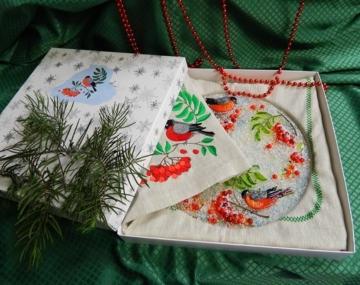 Подарочный набор «Декоративная тарелка с льняной салфеткой, украшенными вышивкой»