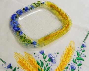 Подарочный набор «Васильки и пшеница» десертная тарелка с льняной салфеткой, украшенной вышивкой»