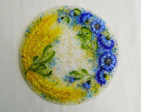 Подарочный набор «Васильки и пшеница» круглое блюдо с льняной салфеткой, украшенной вышивкой.