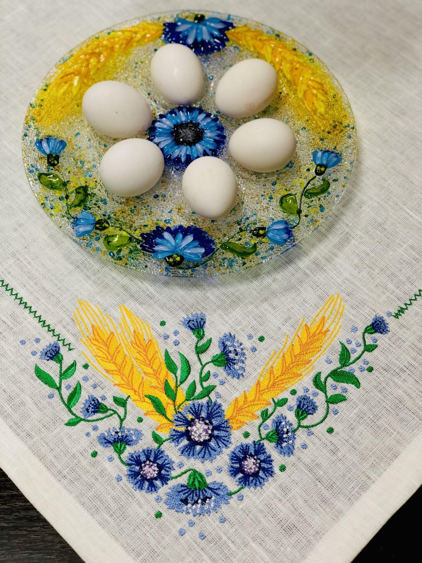 Подарочный набор «Васильки» круглое блюдо для яиц с льняной салфеткой, украшенной вышивкой.