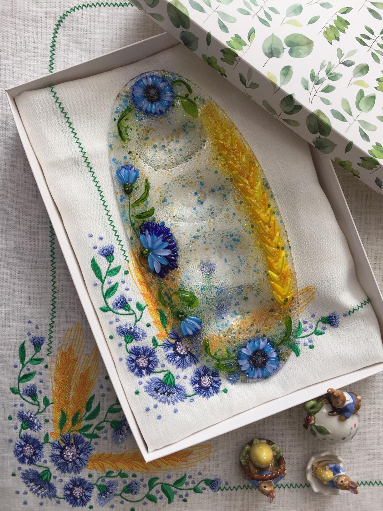 Подарочный набор «Васильки» овальное блюдо для яиц с льняной салфеткой, украшенной вышивкой.