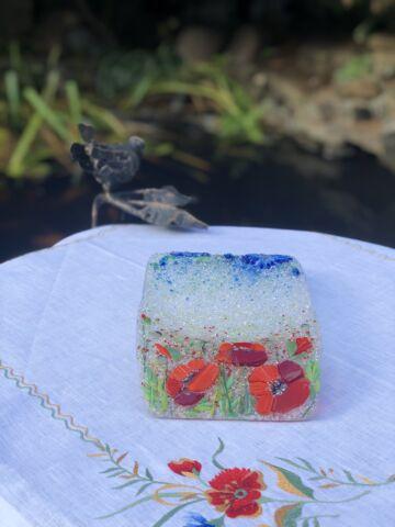 Подарочный набор «Васильки и маки». Тарелка с льняной салфеткой, украшенной вышивкой.