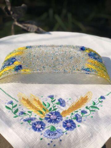 Подарочный набор «Васильки и пшеница». Прямоугольная тарелка с льняной салфеткой, украшенной вышивкой.